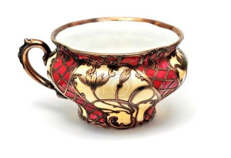 Photo pour Tasse à thé antique isolée sur fond blanc - image libre de droit