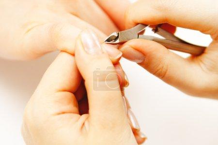 Photo pour Nail Studio - esthéticienne polissage ongles - image libre de droit
