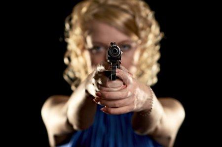 Photo pour Fille avec arme isolée sur fond noir - image libre de droit