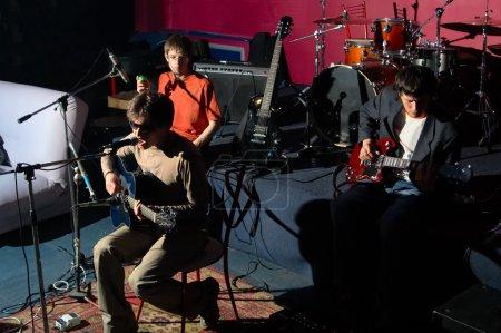 Photo pour Concerto du groupe musique club nocturne - image libre de droit