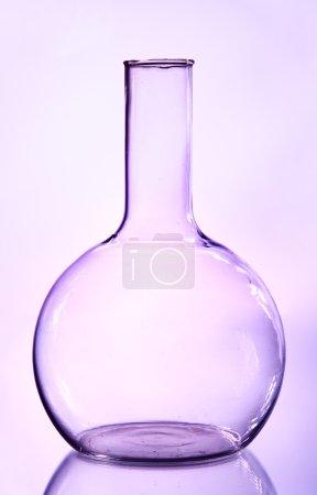 Photo pour Grande fiole transparente sur fond lilas - image libre de droit