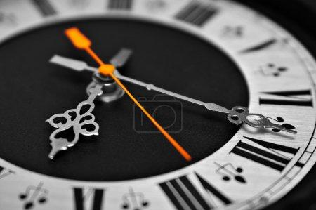 Photo pour Composer plu monochrome horloge - image libre de droit
