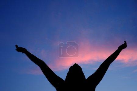 Photo pour Silhouette féminine, éprouver le plaisir de l'été - image libre de droit