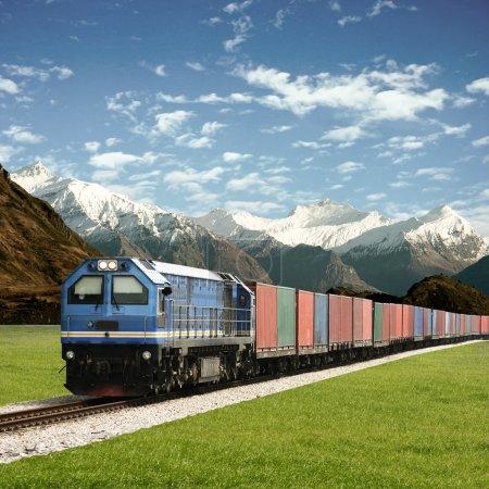 Photo pour Train de marchandises dans un paysage de montagne - image libre de droit