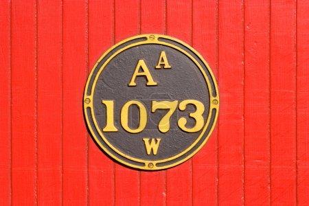 Photo pour Plaque métallique sur lattes en bois. Côté d'un chariot ferroviaire . - image libre de droit
