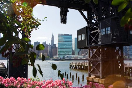 Photo pour Skyline de midtown manhattan (new york city) vu sur la ville de long island, les nations Unies et crysler building. - image libre de droit
