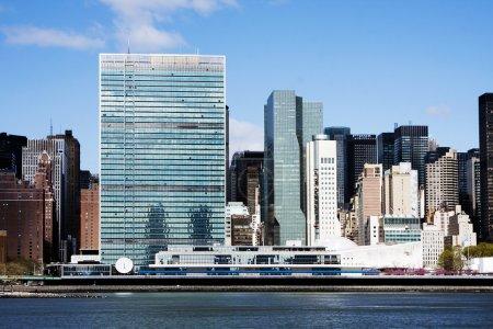 Photo pour Les bâtiments du siège de l'ONU à manhattan, new york city, sur la berge de la rivière east. - image libre de droit