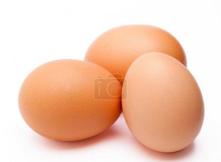 Photo pour Trois œufs sur fond blanc dans un tir de studio. - image libre de droit