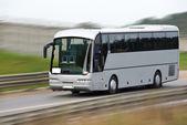 Rychle jedoucí turistický autobus