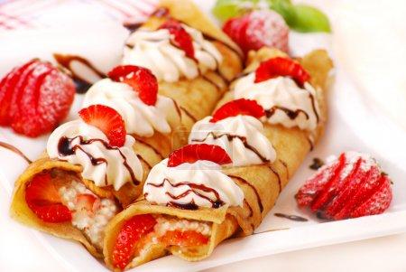 Photo pour Crêpes roulées au fromage, crème et fraise - image libre de droit