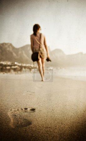 Photo pour Femme marche au loin dans la distance, la texture et le grain appliqué - image libre de droit