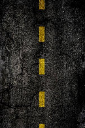 Photo pour Texture d'arrière-plan asphalte avec une ligne jaune divisée - image libre de droit