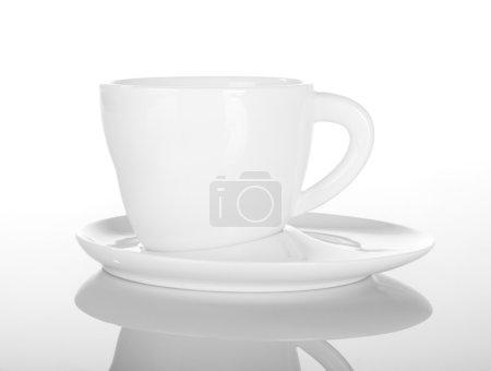 Photo pour Vide tasse de thé sur blanc avec réflexion - image libre de droit