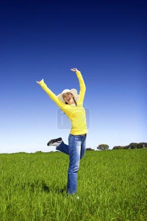 Photo pour Femme heureuse sur une belle prairie verte - image libre de droit