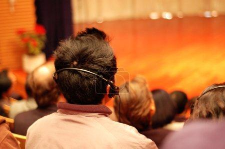 Foto de El público que usa el teléfono principal para la traducción en línea - Imagen libre de derechos