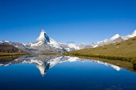 Photo pour Panorama du célèbre Cervin dans les Alpes suisses - image libre de droit