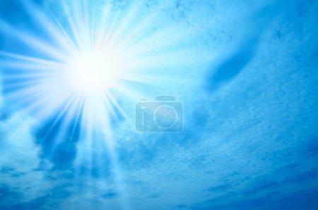 Photo pour Soleil sur ciel bleu - image libre de droit