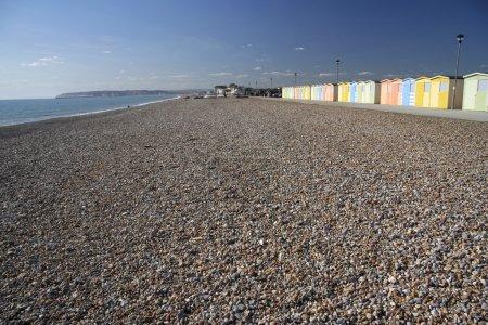 Photo pour Plage de galets à Seaford tête près de newhaven dans le sussex est avec rangée de cabanes de plage colorées - image libre de droit