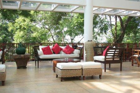 Foto de Hermosos muebles en una cubierta de casa de playa - Imagen libre de derechos