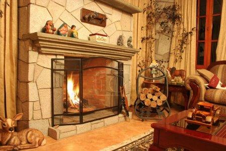 Photo pour Scène de cheminée à l'intérieur d'une maison moderne - image libre de droit