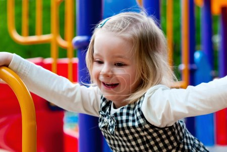 Foto de Una niña de 3 años en el equipo del patio - Imagen libre de derechos