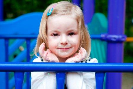 Foto de Retrato de una niña de 3 años en el equipo del patio - Imagen libre de derechos