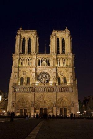 Photo pour Notre-Dame de Paris, plus de sept cents ans, n'est que les plus récentes de maisons Saintes d'occuper cette terre sacrée ancienne. Les Celtes maintenaient leur servi - image libre de droit