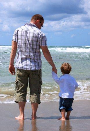 Photo pour Père et fils regardent la mer - image libre de droit