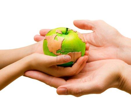 Foto de Cuatro manos y mundo dibujado en verde manzana - Imagen libre de derechos