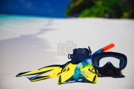 Photo pour Équipement Snorekl sur la plage de sable blanc aux Maldives - image libre de droit