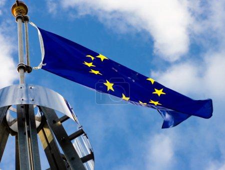 Photo pour Très grand drapeau de l'Union européenne . - image libre de droit