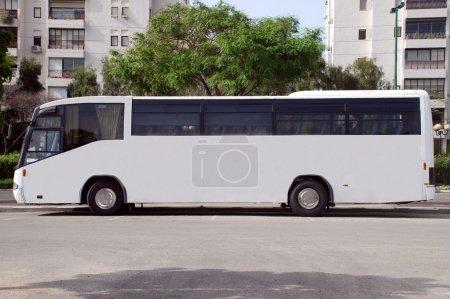 Photo pour Un panneau blanc vierge sur un bus blanc - image libre de droit