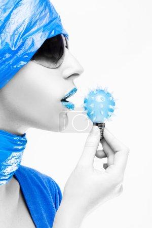 Photo pour Fille avec des lunettes de soleil avec tenue de nursey et lèvres bleues - image libre de droit