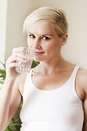 Photo pour Jeune femme eau potable - image libre de droit
