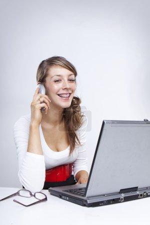 Photo pour Femme d'affaires avec appareil orthodontique sur in - image libre de droit