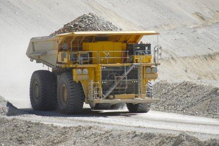 Photo pour Camion minier et lourd avec gros minerai de cuivre jaune - image libre de droit