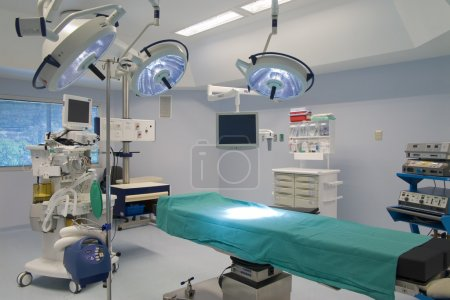 Photo pour Équipement et dispositifs médicaux dans la salle d'opération moderne - image libre de droit