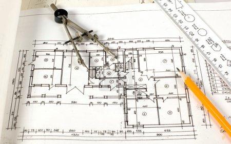 Photo pour C'est un plan de maison avec des outils de dessin dessus - image libre de droit
