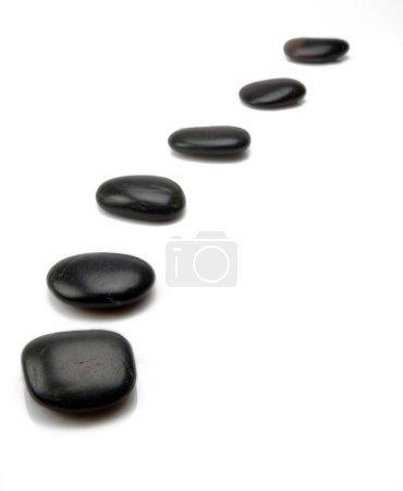 Photo pour Rangée marches noires donnant l'impression d'une voie. isolé sur fond blanc - image libre de droit