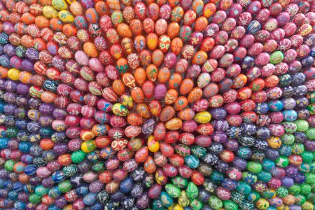 Coloridos huevos de Pascua pintados a mano