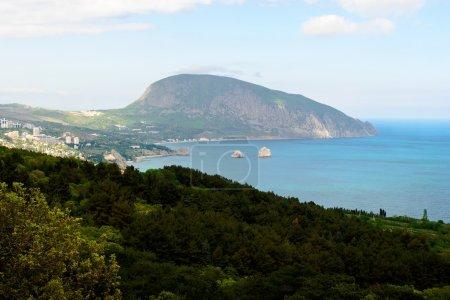 Photo pour Vue de la montagne Ayu-Dag depuis la ville Gurzuf - image libre de droit
