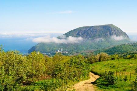 Photo pour Vue de la montagne Ayu-Dag dans les nuages depuis la ville Partenit - image libre de droit