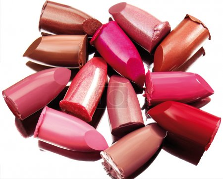 Photo pour Des éclats de rouge à lèvres multicolores sur un miroir à reflets. isolé sur fond blanc avec chemin de coupe . - image libre de droit