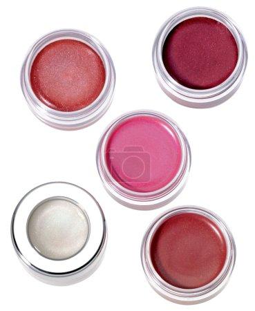 Photo pour Lèvres multicolores brillantes dans des récipients ronds en plastique argenté sur fond blanc Lip Gloss Dot - image libre de droit
