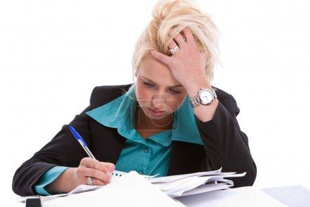 Photo pour Jolie blonde femme assise à son bureau avait l'air désespérée - image libre de droit