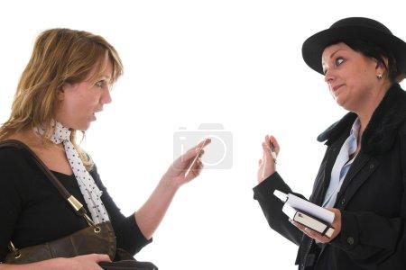 Photo pour Femme qui a l'air très malheureuse du billet qu'elle vient de recevoir de la part de la policière - image libre de droit