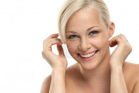 Photo pour Image avec belle fille blonde souriante sur gros plan fond blanc - image libre de droit