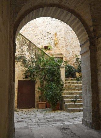 Photo pour Arche antique de vieille ville giovinazzo. Pouilles. - image libre de droit