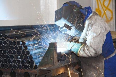Photo pour Ouvrier d'usine (homme) sur une ligne de production dans une usine de soudage - image libre de droit