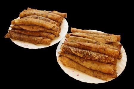Photo pour Deux assiettes de crêpes blanchissent confiture de bleuets sur plaque isolée sur blanc - image libre de droit
